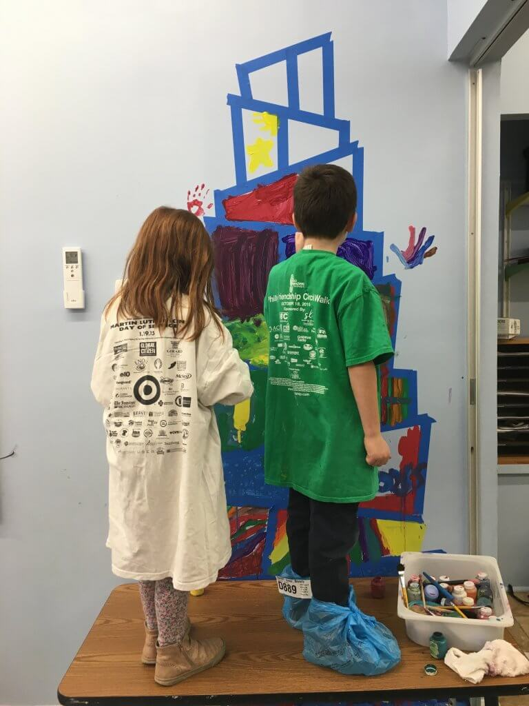 Kiddos painting the brit background.